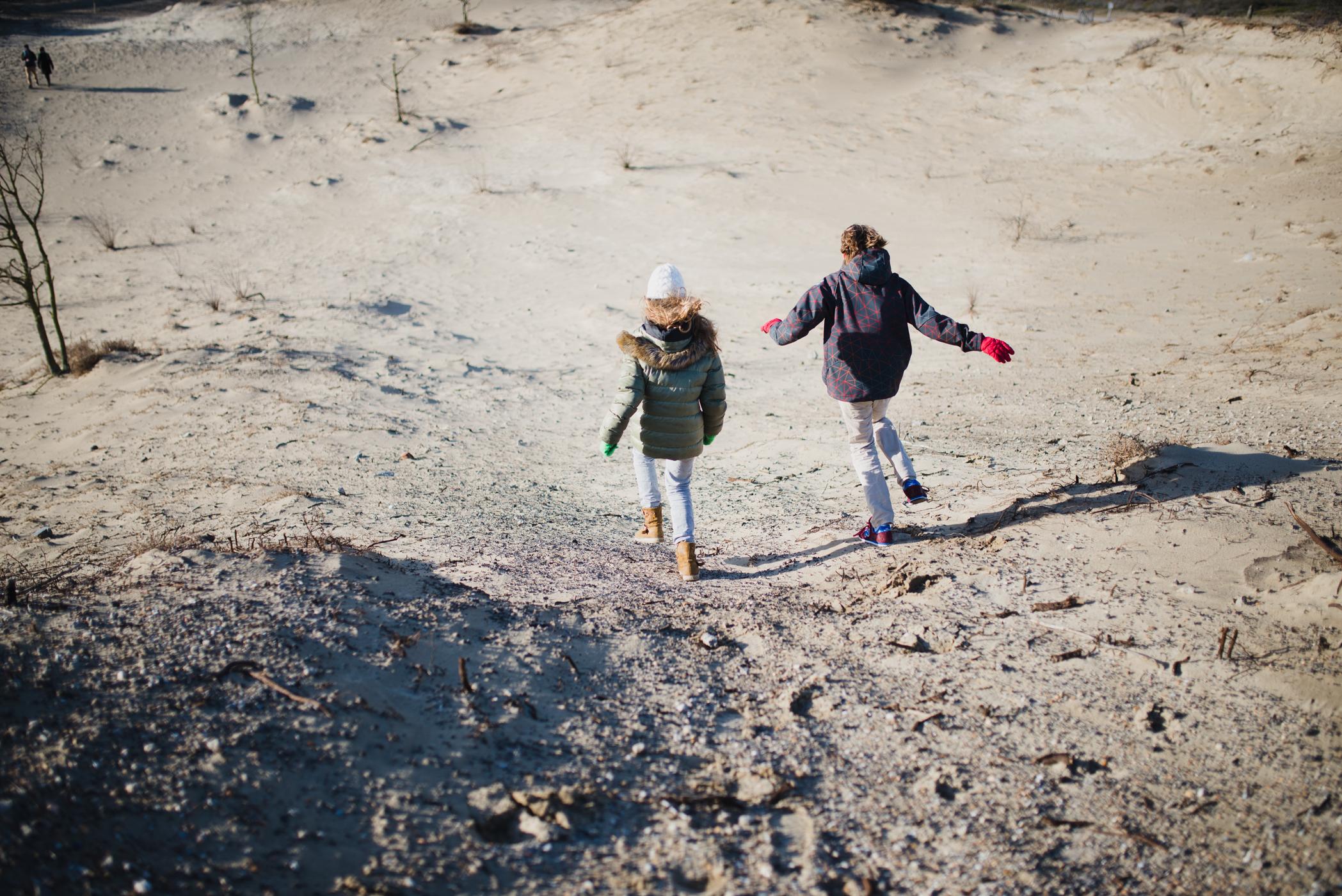 Daan en Pien op het strand in Kijkduin (2 van 11)