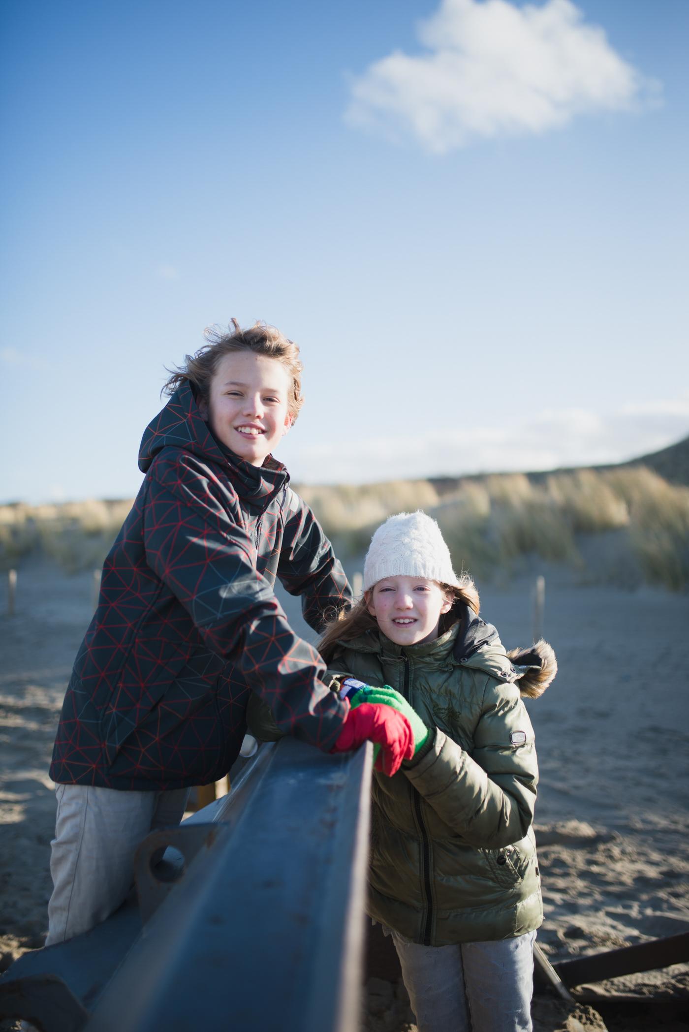 Daan en Pien op het strand in Kijkduin (7 van 11)